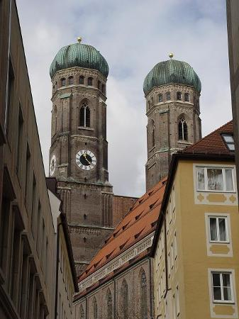 München, Tyskland: The twin Onion dome towers of Die Frauenkirche