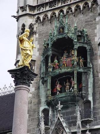Мариенплац: The Glockenspiel and Mariensaeule