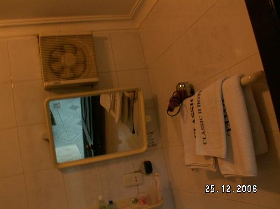 The Tourist Hotel: Toilet mirror - Classic 2 Hotel, Hanoi
