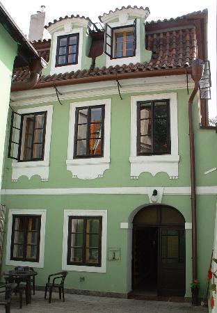 Pension Dientzenhofer : Eingang mit Sitzecke im windgeschützen Vorhof