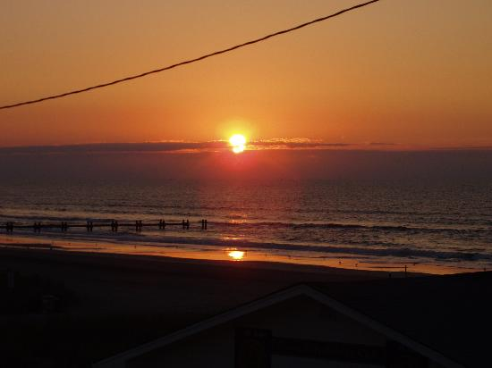 Ocean Front Motel: Sunrise from the deck...