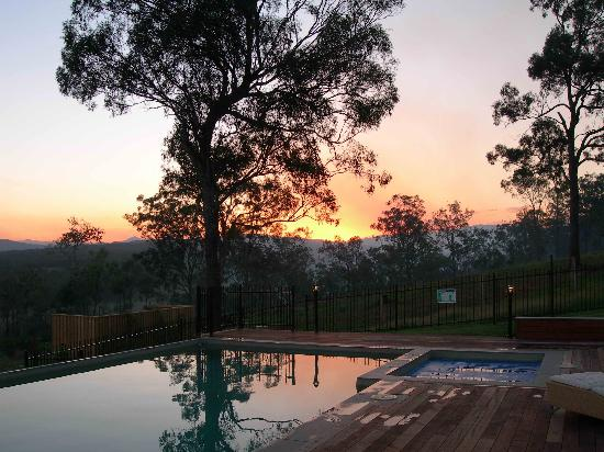 Grandchester, Australien: Evening view from the pool