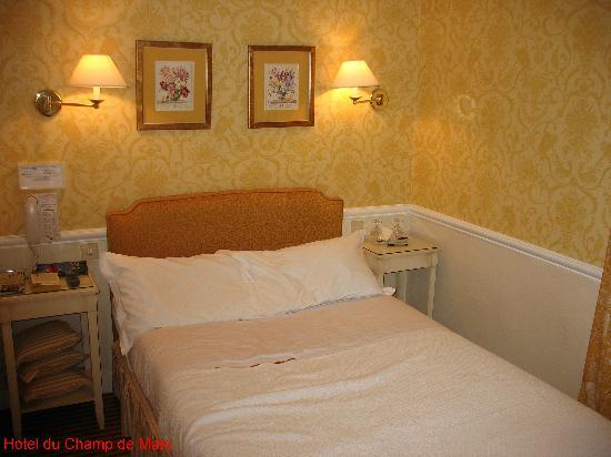 Hotel du Champ de Mars: No frills bedroom: just what I wanted