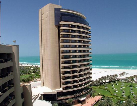 Le Royal Meridien Beach Resort & Spa: Tower & Beach from balcony 2004