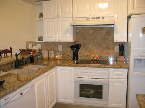 Costa Bonita Condominium & Beach Resort: Fully equipped kitchens