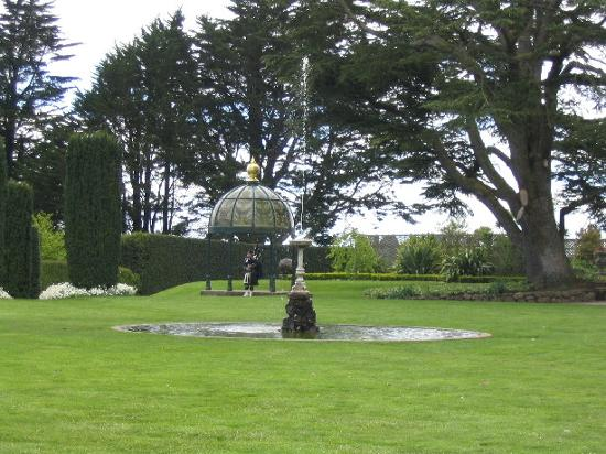Larnach Castle & Gardens : Pipesman playing bagpipes in garden