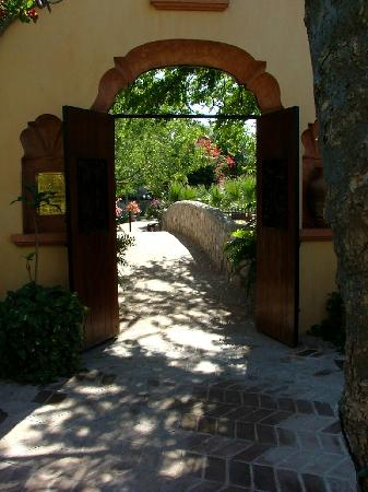 Hacienda De Los Santos: Romantic walkway