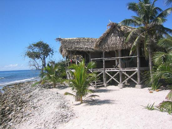 Long Caye Resort: Our cabana. The single girls were in the