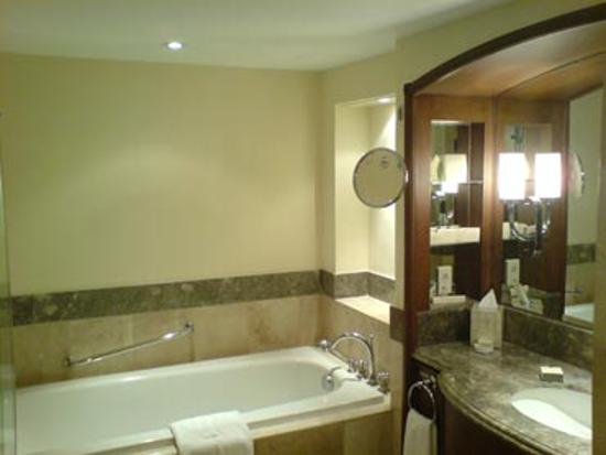 The Peninsula Manila: The bathroom remains the same
