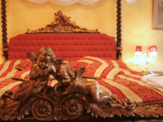 Alchymist Grand Hotel & Spa: Antique bed