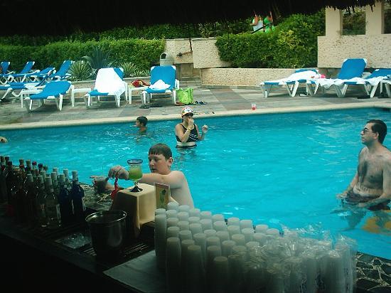 Beach Palace: BP swim-up barl