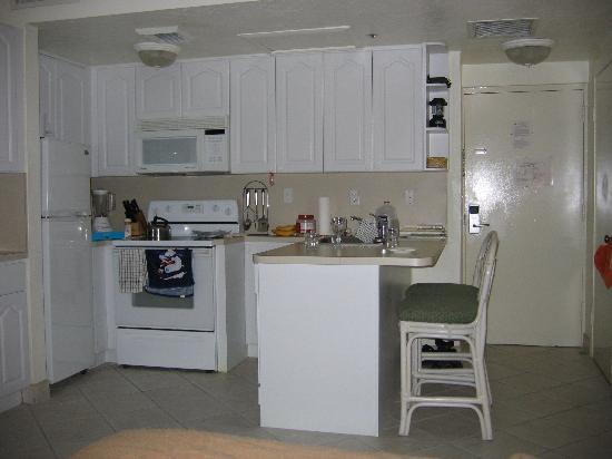 Golden Strand Ocean Villa Resort: Studio kitchen