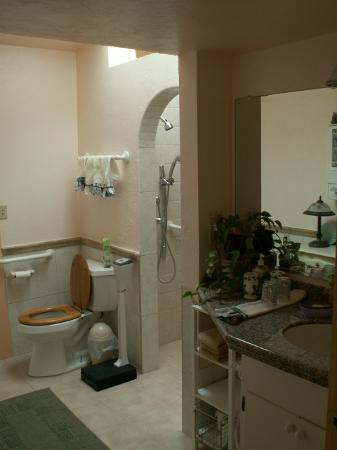 Calumet and Arizona Guest House: Large, well appointed Bathroom