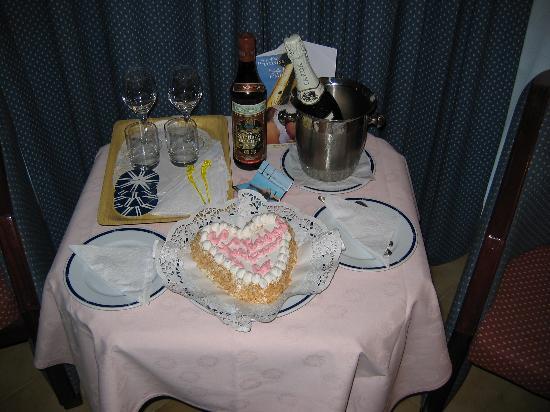 Meliá Santiago de Cuba: Congratulations for wedding cake from staff