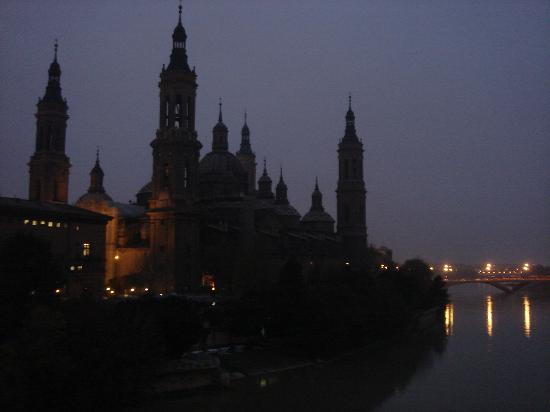 Basilica de Nuestra Senora del Pilar : Basílica del Pilar at dusk from the river Ebro.