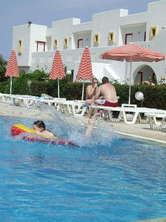 Sunny View Hotel: Fun by the pool