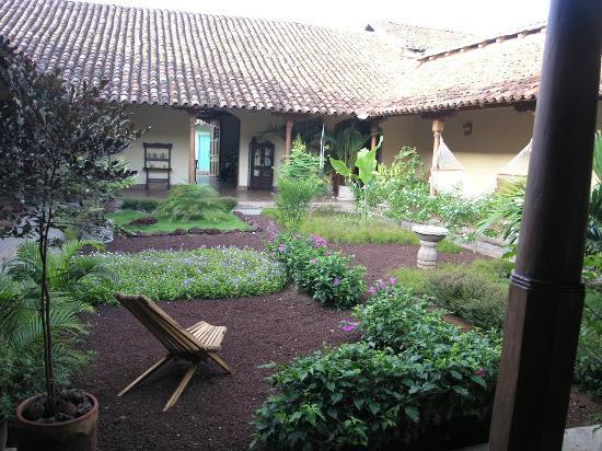 Hotel Patio del Malinche: hotel courtyard