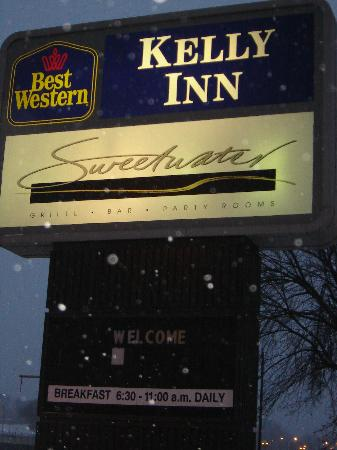 Best Western Plus Capitol Ridge: breakfast daily at 6:30...not the case.