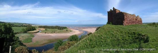 Inverkeilor, UK: Red Castle still standing over Lunan Bay