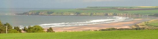 Inverkeilor, UK : The spectacular Lunan Bay. This is crowded!