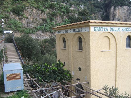 Conca dei Marini, Italie : One of two entrances to the Grotta dello Smeraldo(Emerald Cave) and its elevator to the right