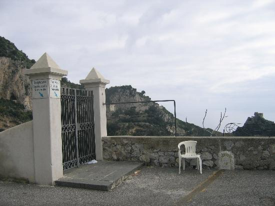 Conca dei Marini, Italie : Other entrance to the Grotta dello Smeraldo(open 9am-4:30pm,closed when cloudy or sea is rough)