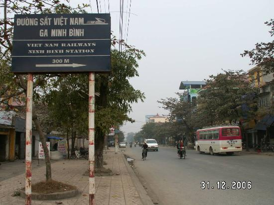 Kenh Ga: Street and notice board to Ninh Binh Train Station