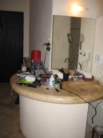Blue Parrot 5th Avenue: Large sink area, sorry about the mess