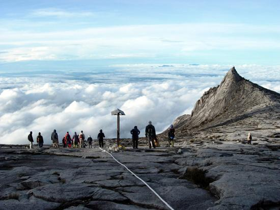 Sabah, Malezja: Above the clouds at Low's Peak