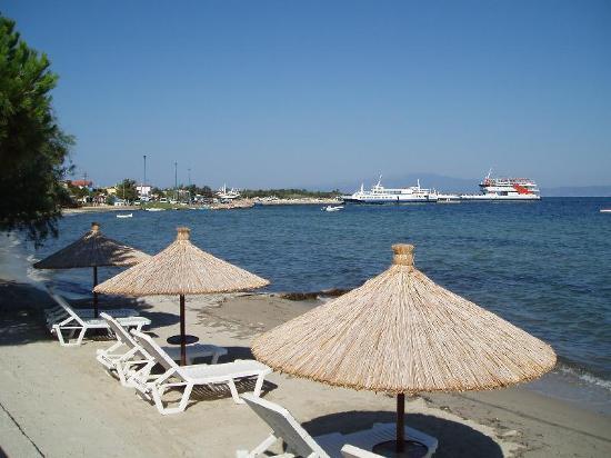 Skala Prinou, Grecia: Beach Outside Socrates Hotel