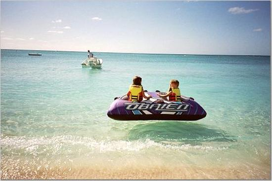 Barbuda: Kids tubing at Coco Point