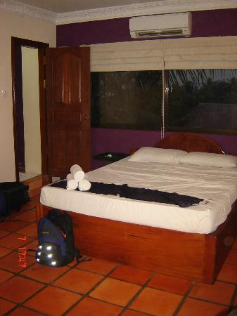 The Villa Siem Reap: Our $25 a night bedroom... the bed was really comfortable!