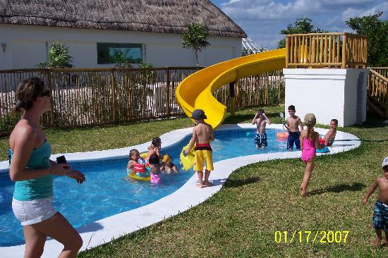 Kids club pool picture of bluebay grand esmeralda playa for Blue bay grand esmeralda deluxe v jardin