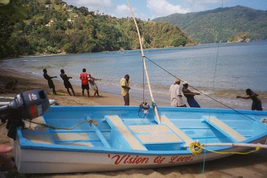 ‪‪Charlotteville‬, ‪Tobago‬: Hauling in the Catch at Charlotteville Tobago‬