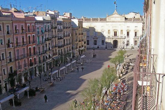 Hotel Placa de la Font: View of placa to Town Hall