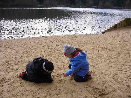 Center Parcs Longleat Forest: Beach by the lake