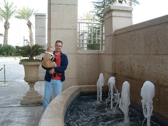 Four Seasons Hotel Amman: outdoor fountain