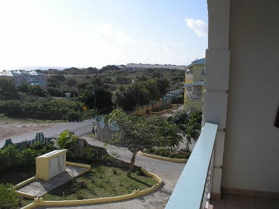 Virgin Gorda Village: Condos are situated very close to the island's main road.