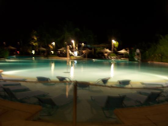 Shangri-La's Mactan Resort & Spa: Hotel swimming pool at night