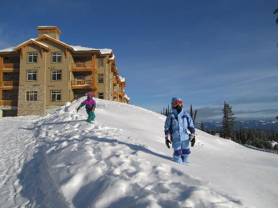 Sundance Resort at Big White Ski Resort: It's a little hike up to Sundance from the village