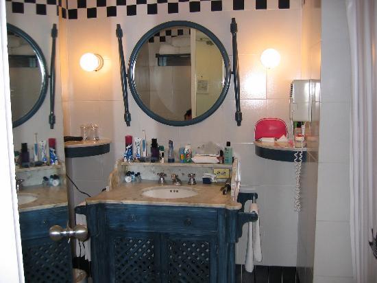 Elcano Hotel: BATHROOM LOTS OF ROOM, HAIRDRYER