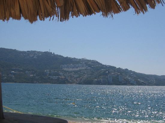 Elcano Hotel: VIEW FROM PALAPA ON BEACH