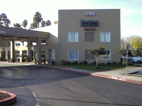 Fairfield Inn & Suites San Jose Airport: Front of hotel