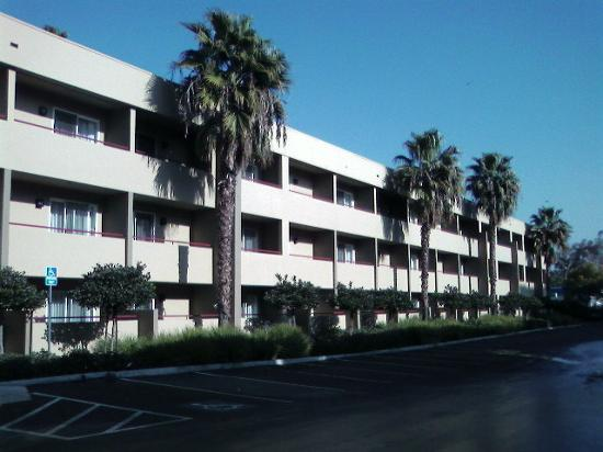 Fairfield Inn & Suites San Jose Airport: Rear of hotel, lots of parking