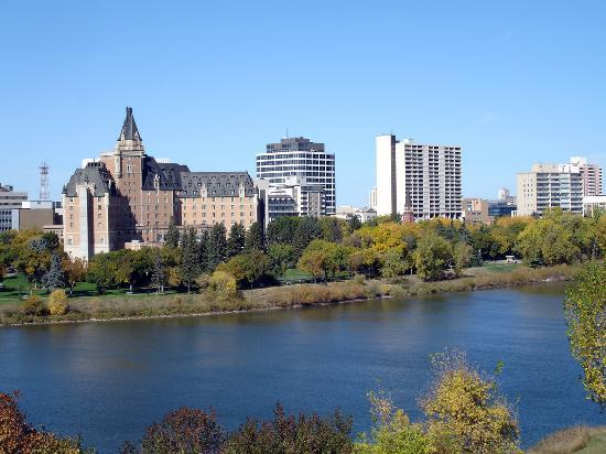 ‪‪Saskatoon‬, كندا: Bessborough Hotel (left) and the downtown skyline‬