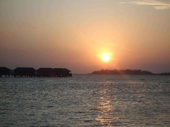 Four Seasons Resort Maldives at Landaa Giraavaru: Sunset from Kuda Huraa
