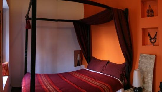 Riad Boussa: Limoun room, suitable for two adults plus kids (there is a loft bed above the bathroom)