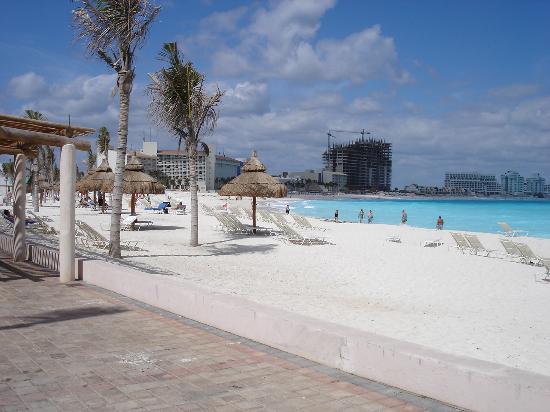 Club Med Cancun Yucatan : La plage principale comme les brochures Club Med ne la montrent pas.