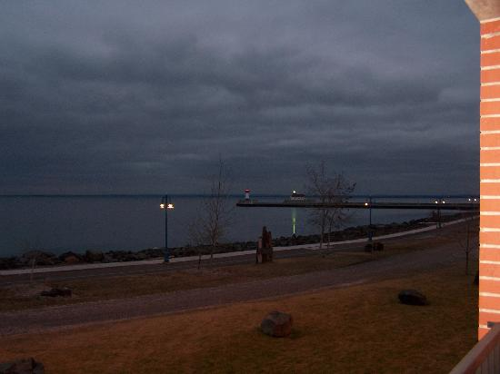 The Inn On Lake Superior: Night View From Balcony (Looking Towards Canal Park)