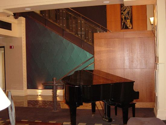 Madison Hotel: Baby Grand in Lobby